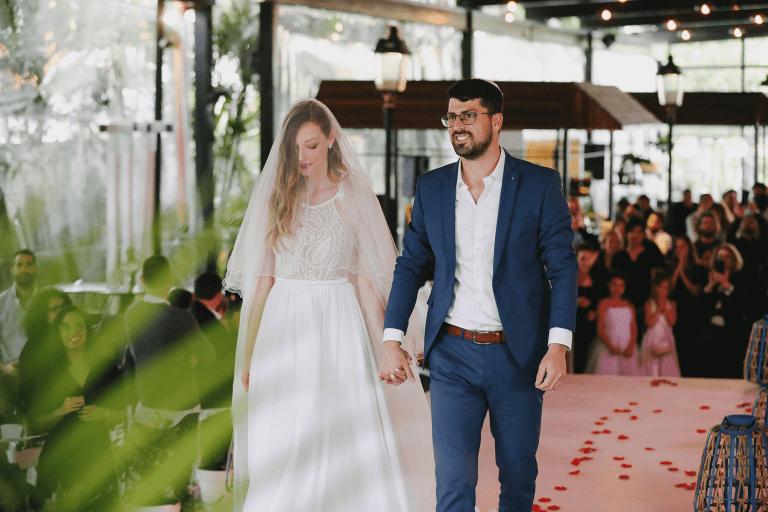 זוג צועד לחופה בתרין חתונת שישי צהריים